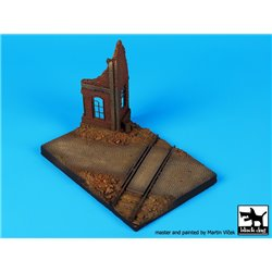BLACK DOG D72018 1/72 Ruined house with railway crossing base (150x100 mm)
