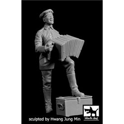 BLACK DOG F35210 German soldier with accordion WW I 1/35